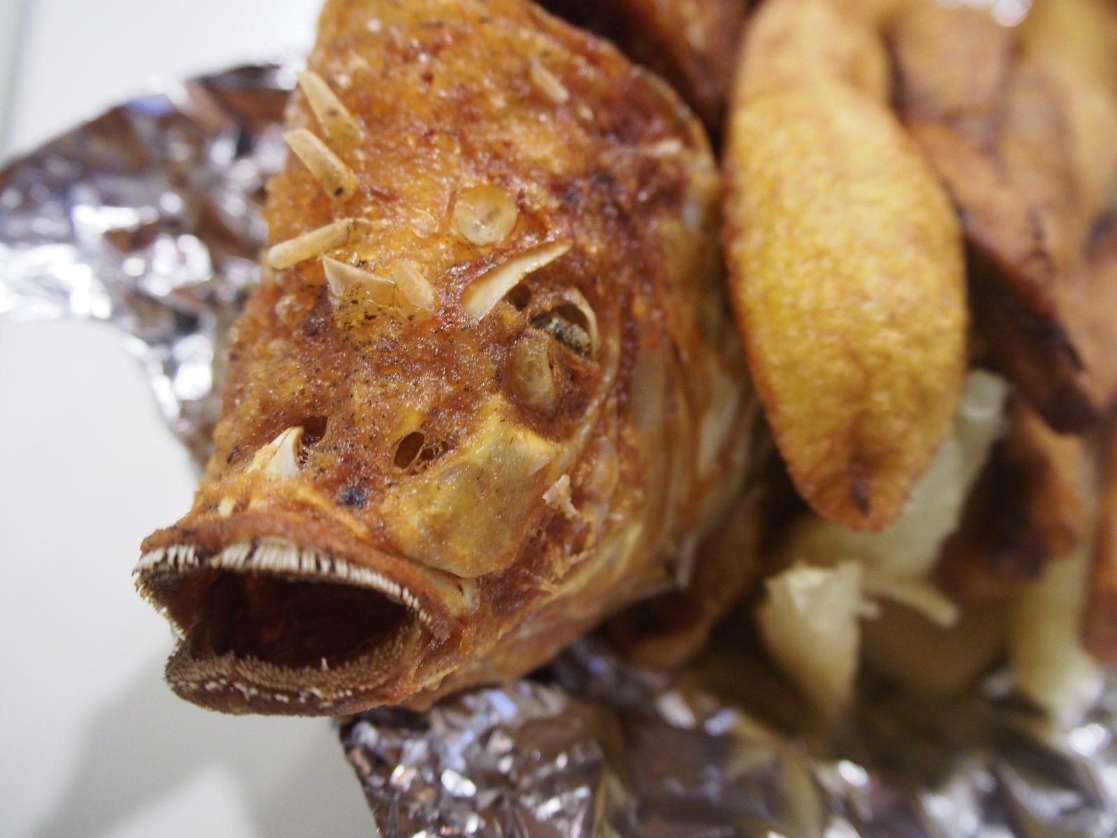 スリナム料理の魚の揚げたやつ