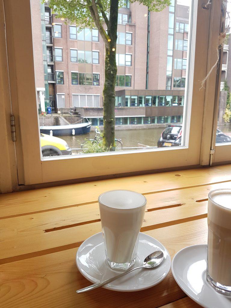 アムステルダムのカフェ BACK TO BLACK