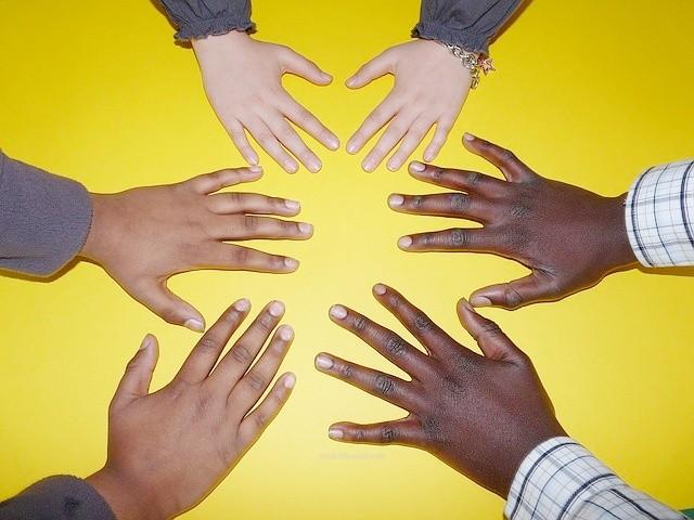 様々な人種の手