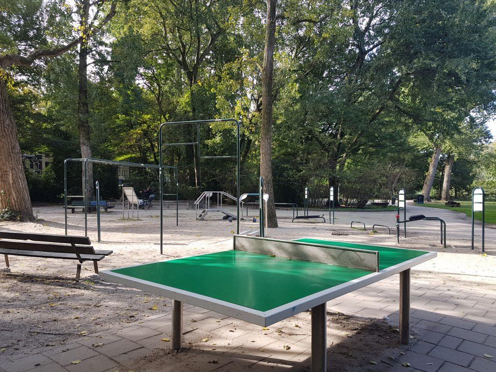 アムステルダムの公園にある卓球台