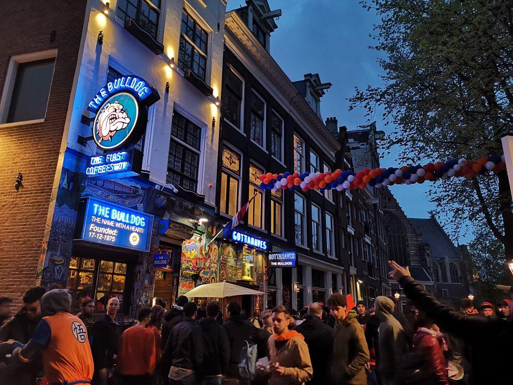 オレンジ一色のアムステルダムの街