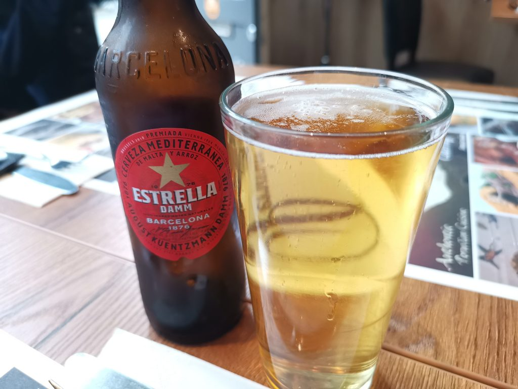 アムステルダムのペルーレストランでスペインビール