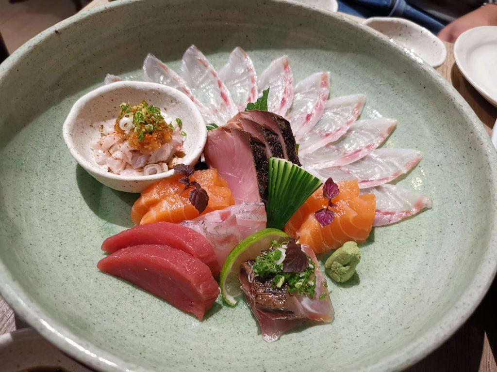パリの日本食でスズキの薄造りと刺身5種盛り