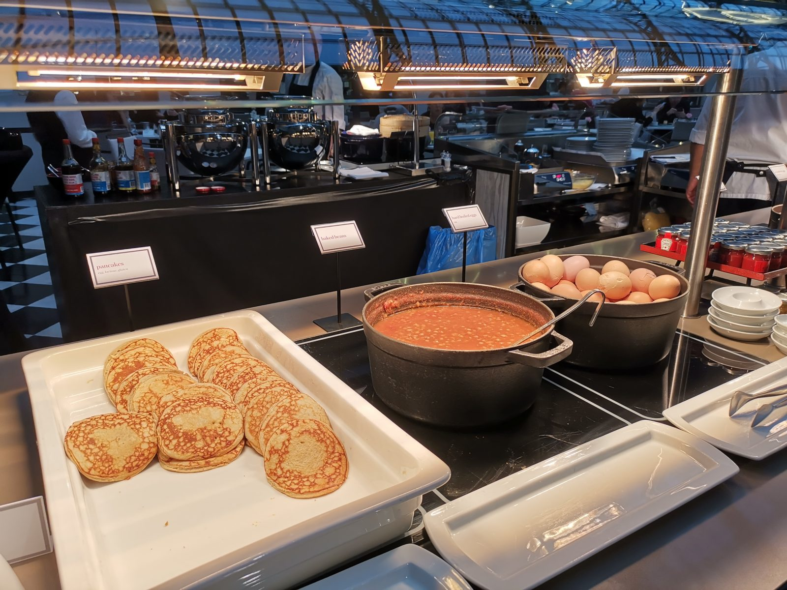 NH コレクション アムステルダム グランド ホテル クラスナポルスキーの朝食(パンケーキ、ビーンズ、ゆで卵)