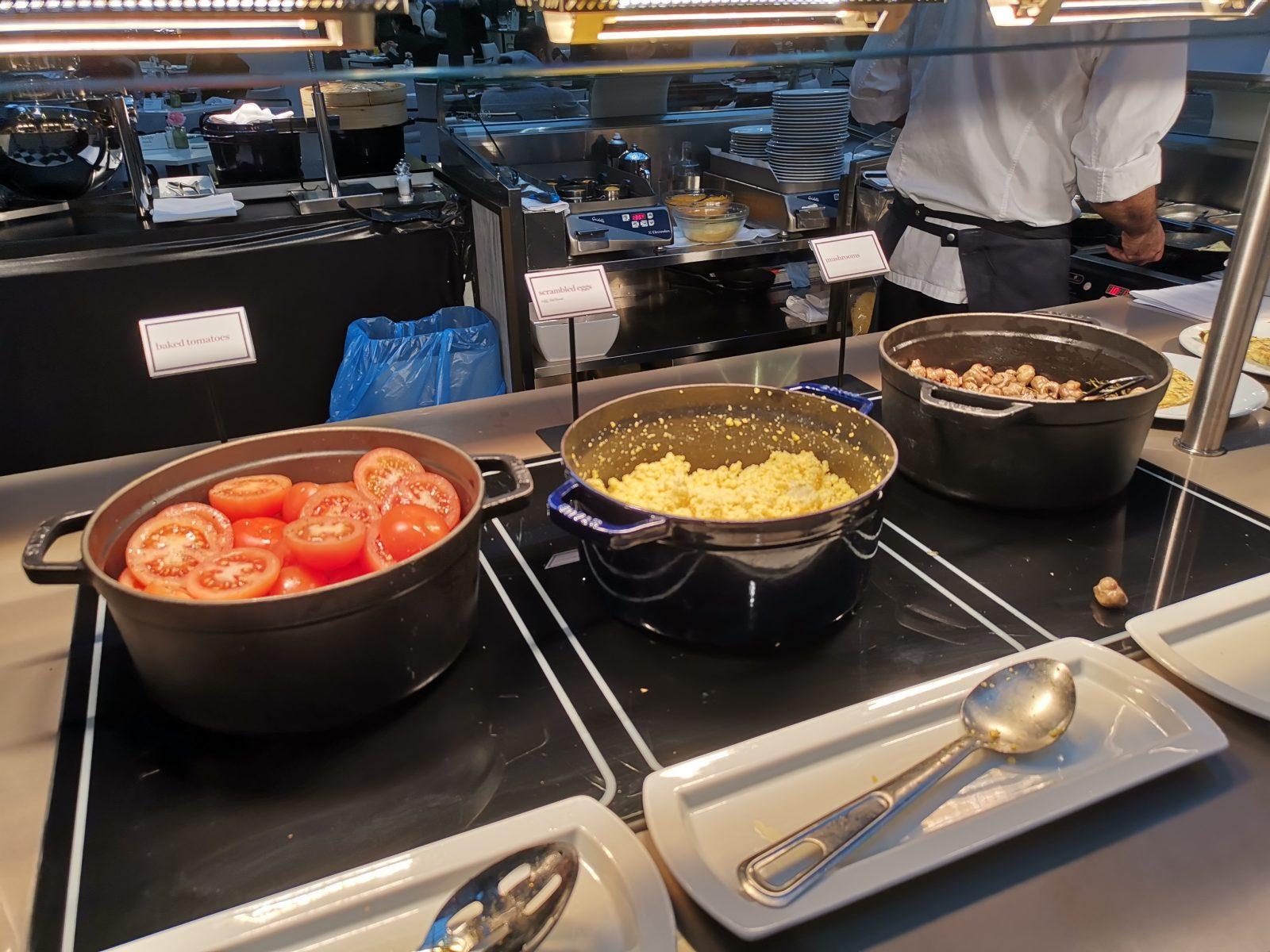 NH コレクション アムステルダム グランド ホテル クラスナポルスキーの朝食(トマト、スクランブルエッグ、マッシュルーム)