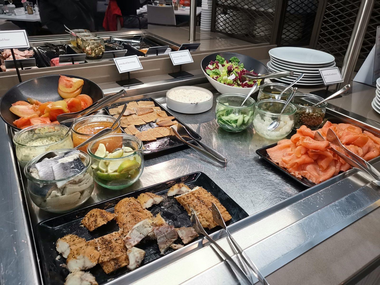 NH コレクション アムステルダム グランド ホテル クラスナポルスキーの朝食(サーモン、サラダ)