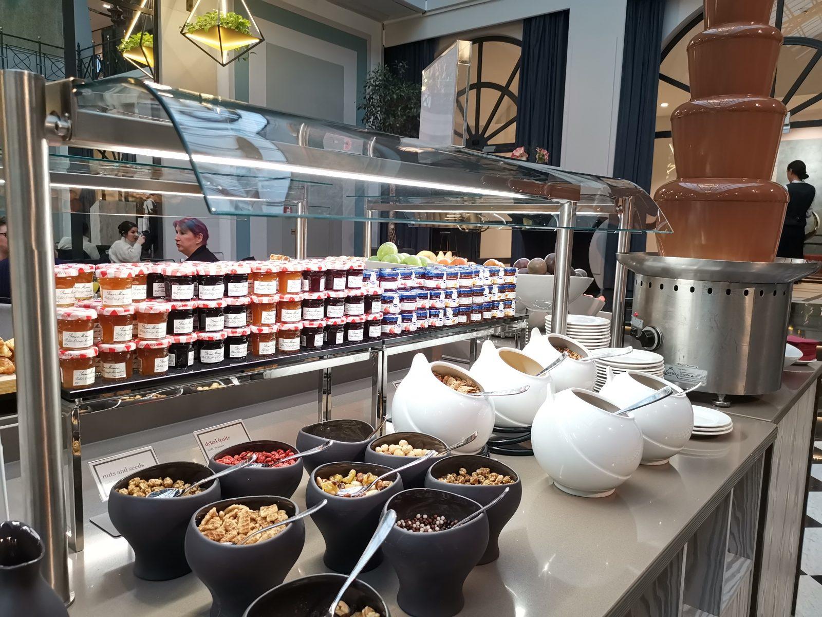 NH コレクション アムステルダム グランド ホテル クラスナポルスキーの朝食(シリアル、ジャム)