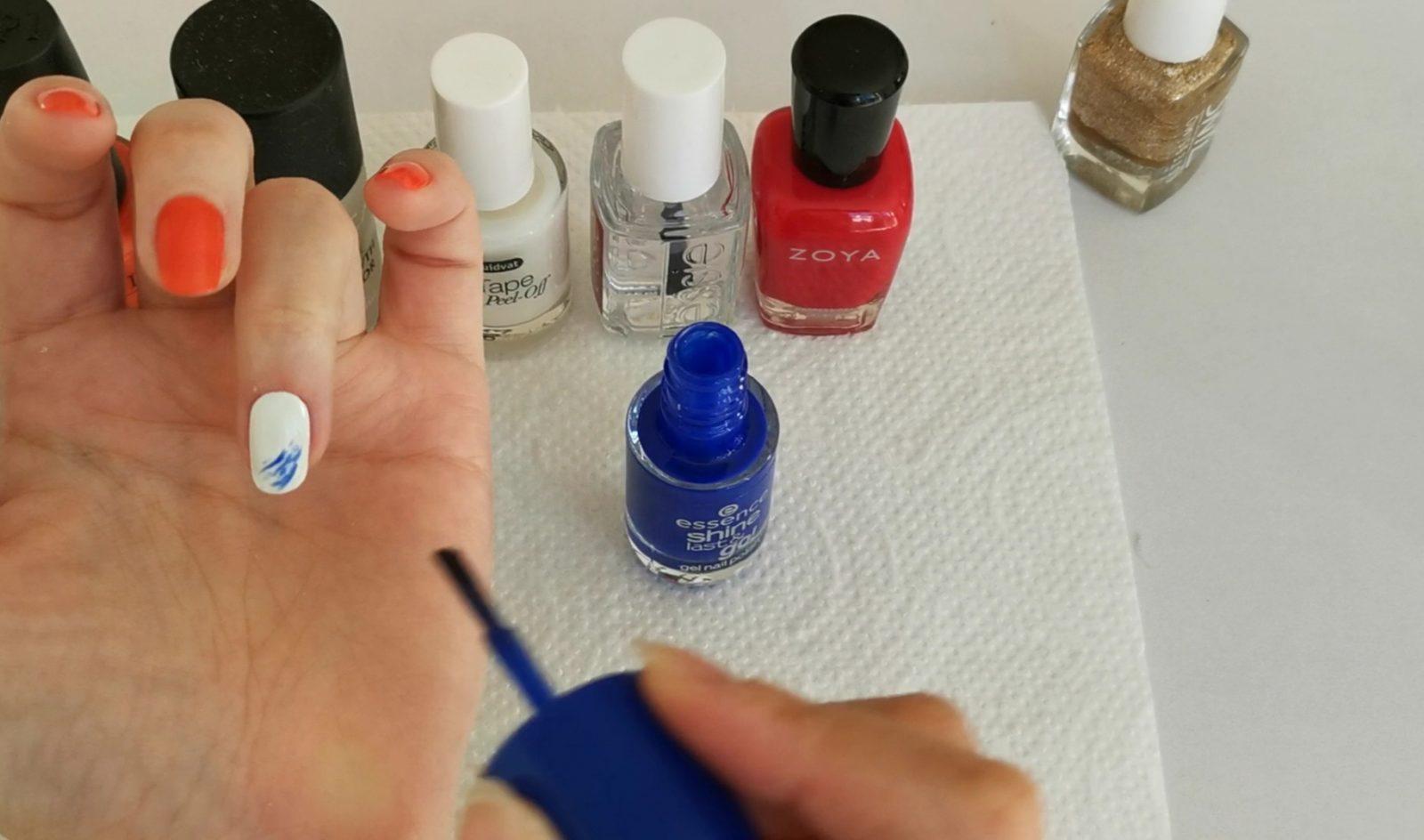 青色のマニキュアを塗る