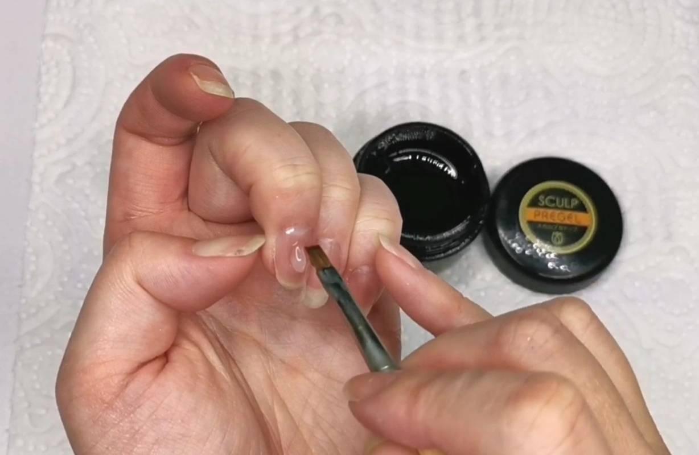 トップジェルを爪全体に塗る