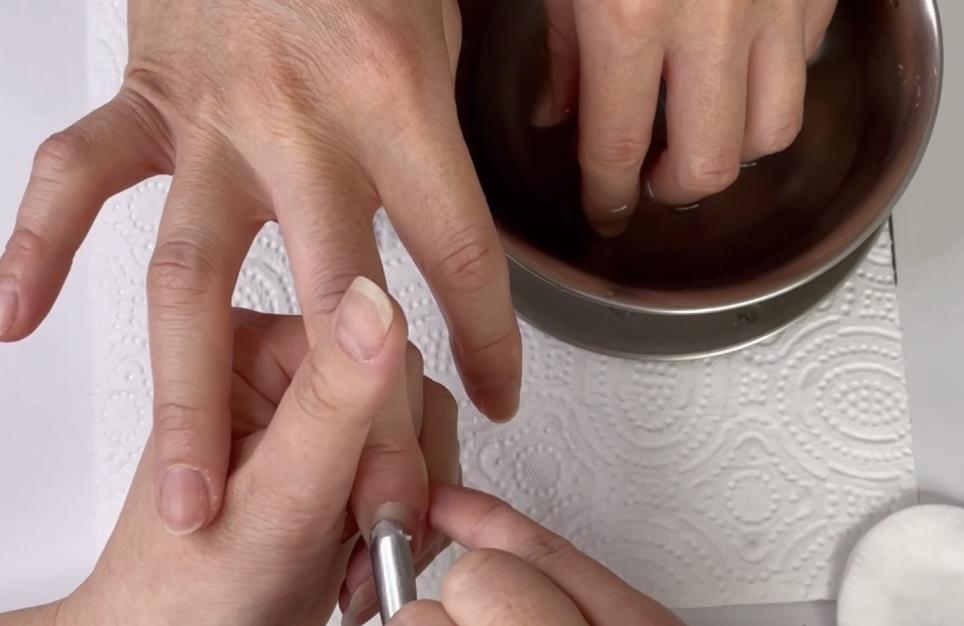 右手メタルプッシャーで甘皮の押し上げ